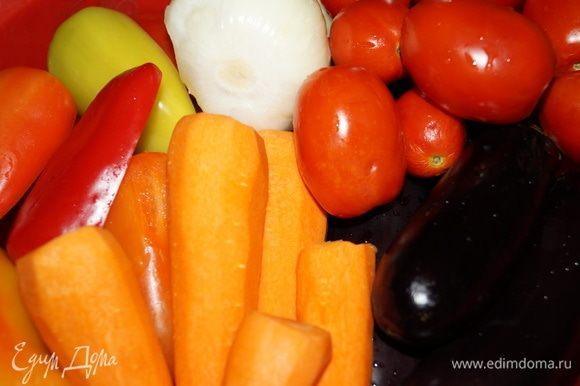 Подготовьте овощи: тщательно вымойте и ополосните под холодной водой, перцы от семян очистите, лук — от шелухи, морковь — от кожуры, баклажаны и помидоры — от плодоножек.