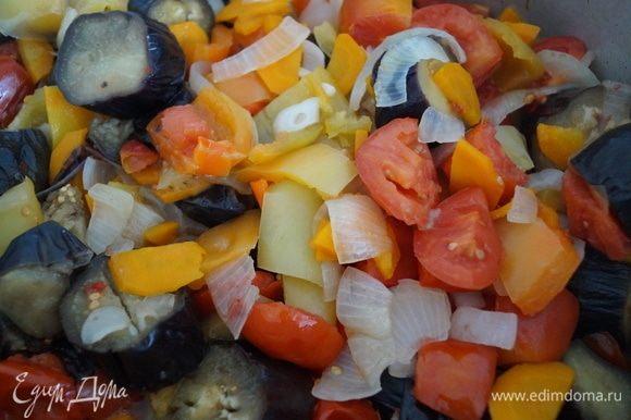 На вашей кухне уже распространяется волшебный аромат, время тушения подошло к концу. Аккуратно перемешайте салат деревянной лопаткой.