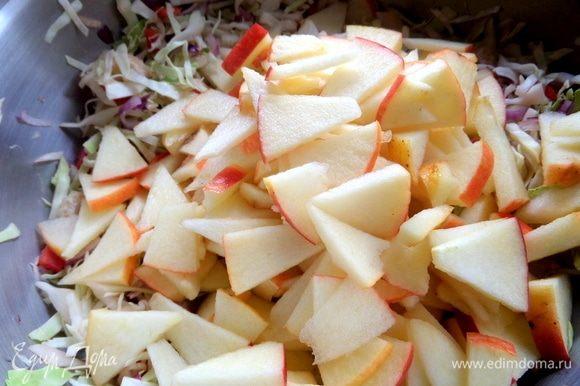 Перемешать в соке и перенести яблочки в салат.