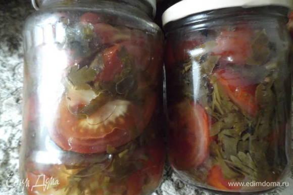 Зелень петрушки измельчить. Помидоры нарезать на 2/4 части в зависимости от их размера. В стерилизованные банки уложить слоями петрушку и помидоры. Залить заливкой и стерилизовать банки 0,5 л 10 минут. Закатать. Удачных заготовок!