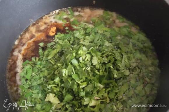 Рубим зелень. В посуду наливаем растительное масло, добавляем уксус, сахар, соль, перец острый, красный, черный молотый и зелень. Даем закипеть и мешаем до растворения сахара и соли. Выключаем.