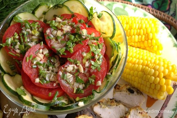 Переносим для подачи овощи в салатник.