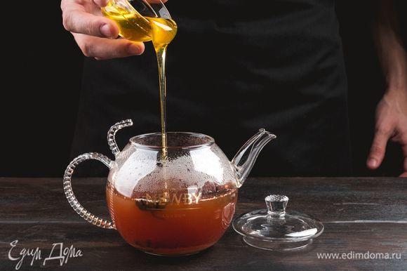 Достаньте чайные пакетики. Добавьте в заварник жидкий мед по вкусу.