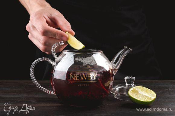 Далее достаньте чайные пакетики, добавьте в заварник лайм.