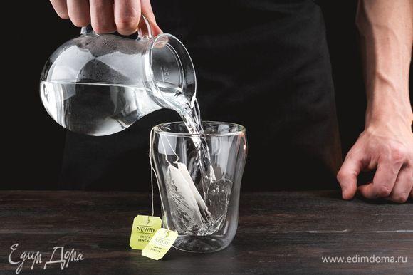 Вскипятите очищенную воду. 2 пакетика чая Newby «Зеленая сенча» поместите в чашку и залейте 100 мл кипятка, дайте настояться 5 минут.