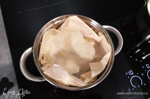 Ставим кастрюлю на огонь, накрываем сверху пергаментной бумагой и крышкой. Доводим до кипения, уменьшаем огонь до минимума и тушим примерно 20 минут. Параллельно отвариваем рис.