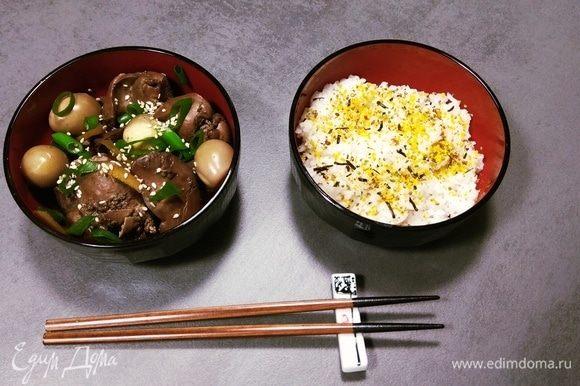 Готовое блюдо украшаем зеленым луком и семенами кунжута. Рис можно заправить маринадом из кастрюли. Приятного аппетита!