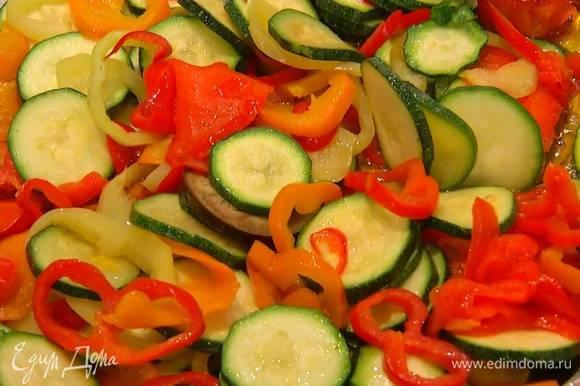 Разогреть в сковороде оставшееся оливковое масло, выложить чеснок и чили, перемешать, добавить цукини, сладкий перец и обжарить до золотистого цвета, затем посыпать сванской солью.
