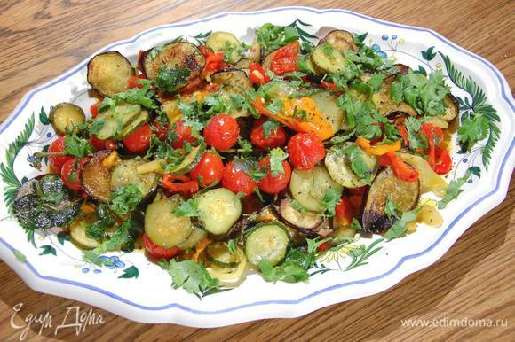 Переложить салат на блюдо, присыпать кинзой, посолить, поперчить и сбрызнуть оливковым маслом Extra Virgin. Подавать теплым или холодным.