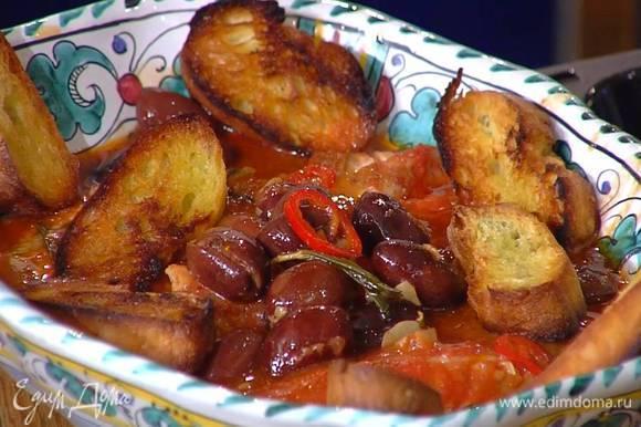 Рыбу вместе с соусом переложить в глубокое блюдо, туда же выложить часть сухариков, остальные подать в отдельной тарелке.
