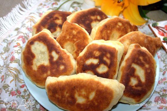 Пирожки перенести на салфетку, затем — на тарелку.