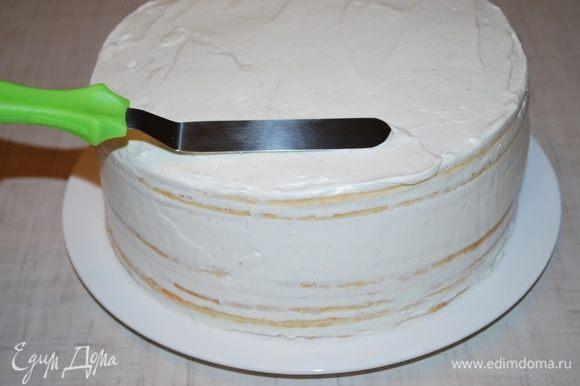 Собираем наш торт, выравниваем края и верх торта.