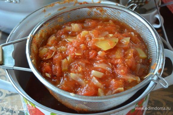 Даем нашим овощам чуть остыть. Для того, чтобы убрать из кетчупа семечки и оставшуюся кожицу, перетираем смесь через сито. Таким образом у нас получается однородная масса.