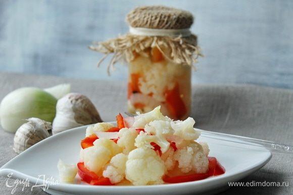 Для маринада смешать воду, уксус, растительное масло, соль, сахар, довести до кипения. Горячим маринадом залить овощи, закатать.