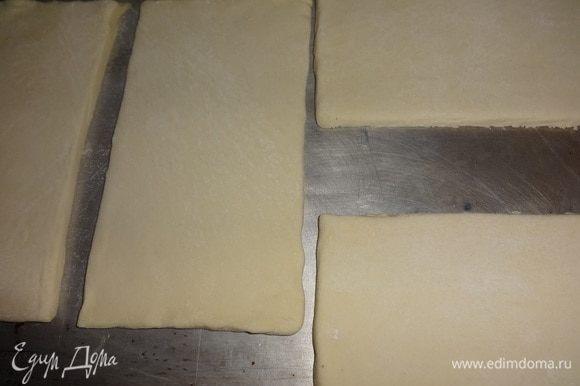Пласты теста выложить на противень и поставить в духовку, разогретую до 180°C, на 20–25 минут. Яйца отварить, остудить, очистить.