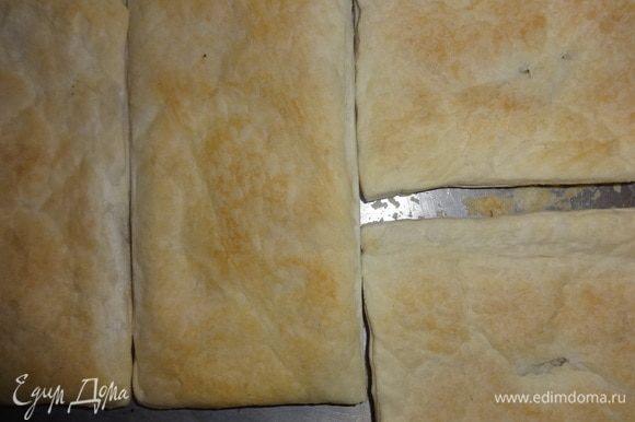 Готовые пласты для торта остудить до комнатной температуры.