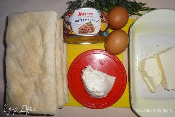 Пока остужаются коржи, подготовить все остальные продукты. Достать из холодильника сливочный сыр и сливочное масло, открыть паштет из тунца ТМ «Магуро».