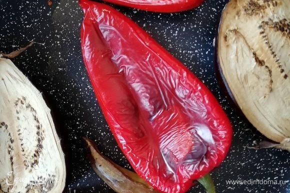 Перцы и баклажаны запекаем в духовке при 300°С в течение 20 минут. С готовых перцев снимаем шкурку и очищаем их от семян. У перца чили семена оставляем. Баклажан очищаем от шкурки.