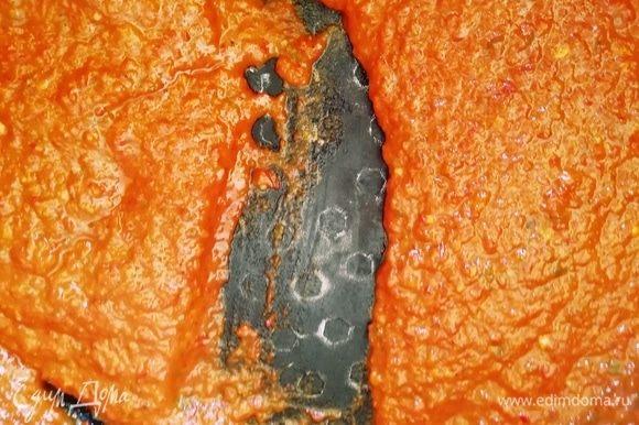 Томим лютеницу на среднем огне минут 30. На фото видно, как выглядит готовый соус. Если провести лопаткой по дну кастрюли, останется след. Это значит, что вся жидкость испарилась. Соус готов.
