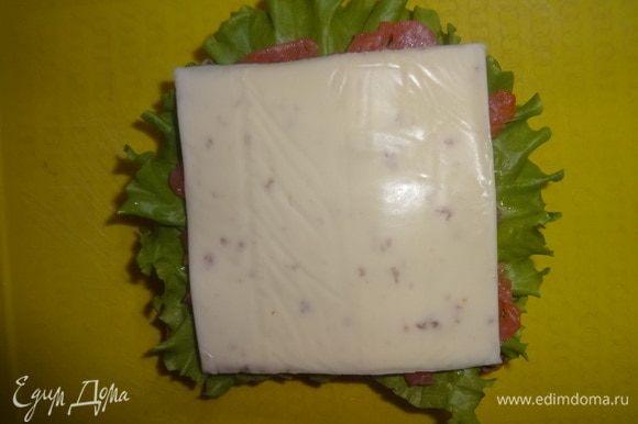 Соленую рыбу накрыть пластиной плавленого сыра.