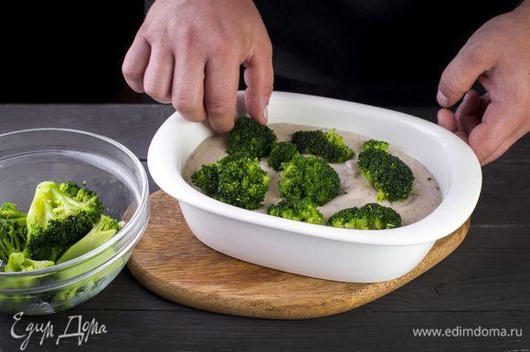 Подготовьте форму для запекания. Переложите в нее куриное филе и сверху отварные брокколи.