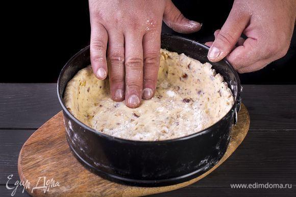 Достаньте подготовленное тесто из холодильника, раскатайте в круг. Выложите в форму для выпечки так, чтобы получились высокие бортики. Дно проколите вилкой.