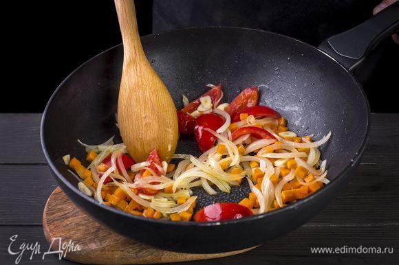 В кастрюле разогрейте растительное и сливочное масла и обжарьте овощи до золотистого цвета. Всыпьте в кастрюлю тмин и кориандр и обжаривайте две минуты, чтобы хорошо прогретые специи дали сильный аромат.