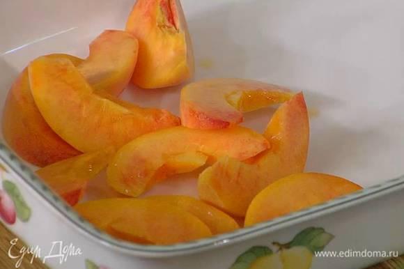 Персики, удалив косточки, нарезать крупными дольками.