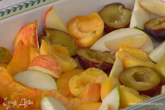 Яблоко и грушу, удалив сердцевину, нарезать небольшими ломтиками.