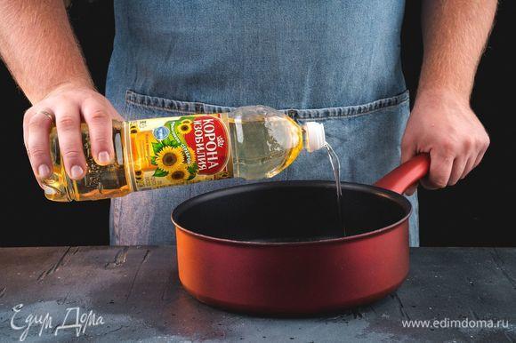Налейте на сковороду немного рафинированного подсолнечного масла ТМ «Корона изобилия».