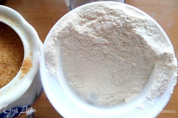 Сахарную пудру сделала в кофемолке из коричневого сахара.