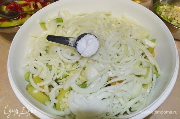 После того, как с помидор слили сок, добавляем нарезанный лук, и соль. У меня ушло 4 ст. л. Если соли будет мало, помидоры мягкие будут, если пересолить, то соленые, соль регулируйте на свой вкус и вида соли. Хорошо перемешиваем.