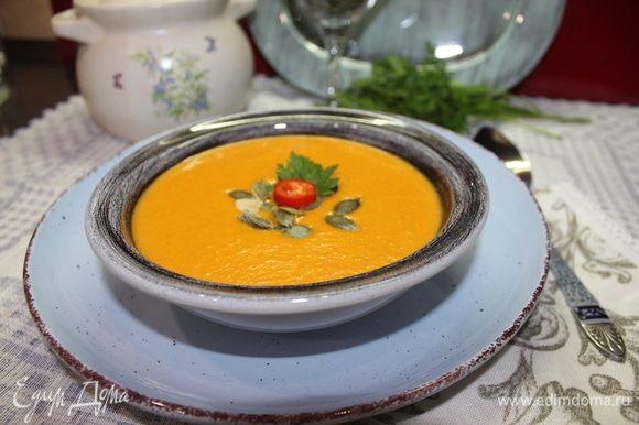 Возвращаем суп на огонь, прогреваем пару минут, не доводя до кипения. Готово! Разливаем по тарелкам, добавляем то, что по душе: сухарики, семечки, зелень, бекон и т. д. Я рекомендую добавить немного специй для остроты. Приятного аппетита!