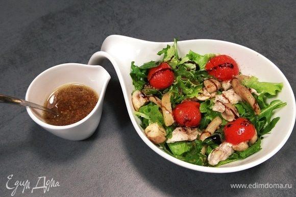 Соединить салат, руколу, помидоры, шампиньоны, курицу и кальмары. Сбрызнуть оливковым маслом, поперчить, добавить заправку. Слегка перемешать. Приятного аппетита!