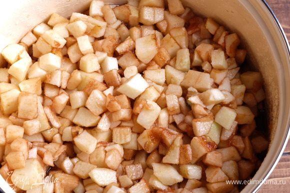 Подготовим пятилитровую эмалированную кастрюлю. Яблоки моем, чистим от семян и кожуры, нарезаем небольшими кубиками, складываем в кастрюлю. Кастрюля должна наполниться практически до краев. Засыпаем сахаром, заливаем уксусом и перемешиваем.