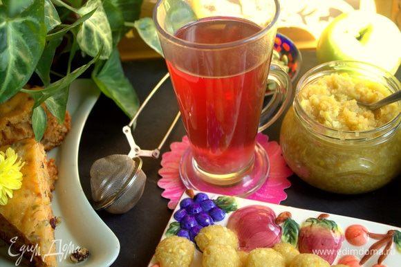 Заварить чай (у меня фруктовый), кинуть в него одну конфету-заморозку: она растворится, на дне появится осадок.