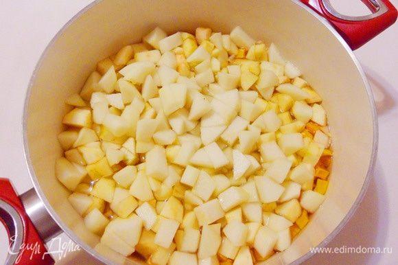 1 этап: переложить нарезанные фрукты в кастрюлю к тыкве и поставить на средний огонь.