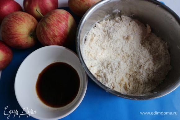 К просеянной с разрыхлителем муке (здесь мука из мягких сортов пшеницы тонкого помола) добавить ванильный сахар, сливочное масло, порубить, перемешать.