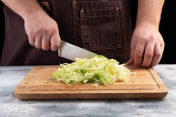 Нарежьте листья салата соломкой.