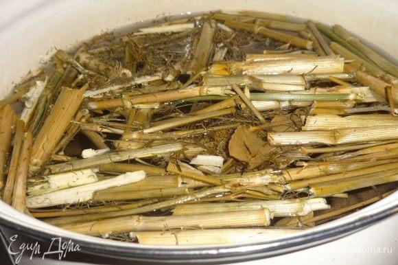 Для рассола воду вскипятить, положить соль, перемешать. Всыпать веточки укропа и лавровые листья, варить 5 минут. Выключить огонь и остудить рассол до комнатной температуры.