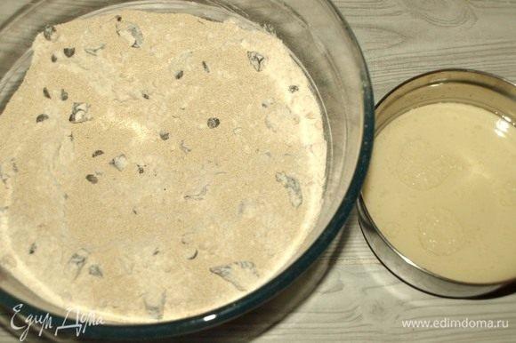 Слегка подогреть овсяное молоко и соединить с кукурузным маслом. К сухой смеси добавить дрожжи и сахар. Перемешать. Постепенно добавляем молоко и замешиваем тесто.