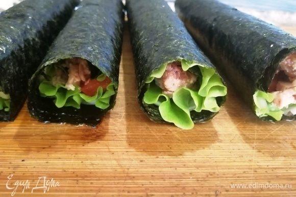 Роллы готовы. Их можно есть уже в таком виде. Очень вкусно. Но мы их буем запекать: сыр расплавится, а тунец прогреется и станет ароматнее.