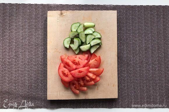 Помойте огурцы и помидоры, нарежьте. Зелень измельчите, чеснок мелко нарежьте.