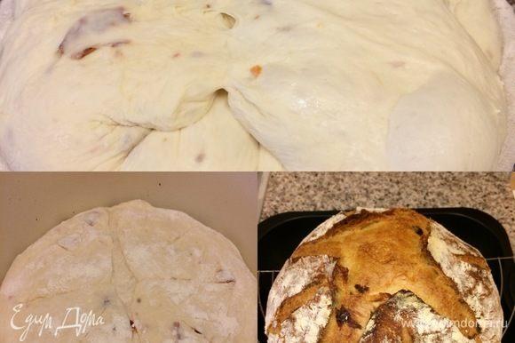 Спустя 45 минут достать чугунок, переложить в него хлеб швом вниз, сделать надрезы, накрыть крышкой и выпекать 20 минут. Затем снять крышку, уменьшить температуру до 180°C и допекать еще 50 минут (ориентируйтесь по своей духовке). Готовый хлеб достать и полностью остудить на решетке.