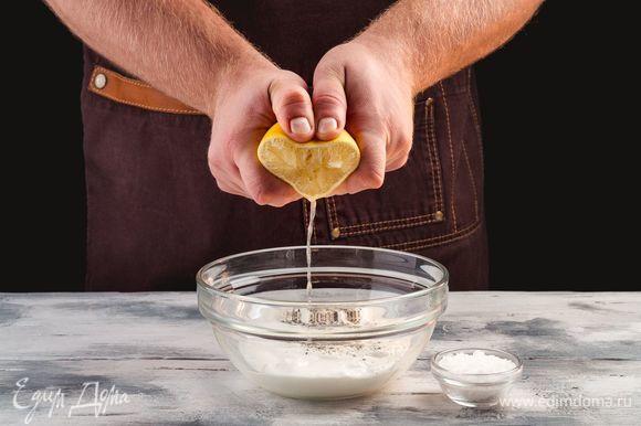 Добавьте к нему черный перец, соль и лимонный сок.