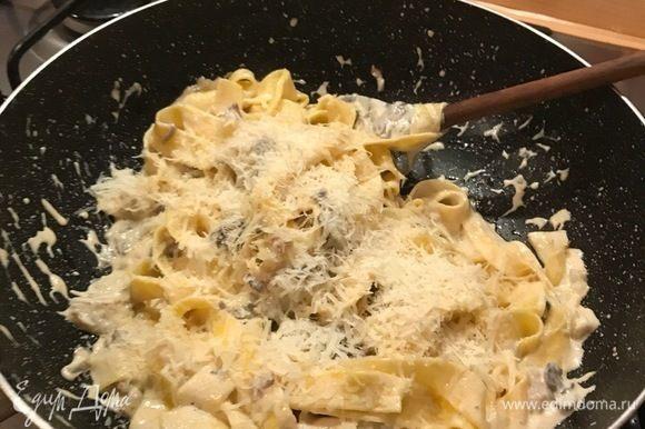 Если вы такие же любители сыра, как и мы, то уже при смешивании соуса можно добавить немного тертого пармезана.