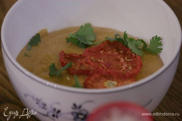 Готовый хумус украсить вялеными помидорами и листьями кинзы.