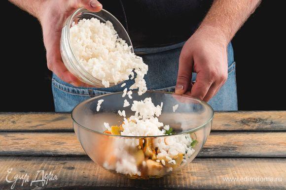 Смешайте в салатнике вареный рис «Бальдо» «Националь», зажарку и петрушку.