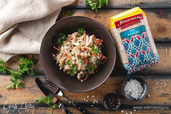 Добавьте соль и специи по вкусу, заправьте майонезом или любым другим соусом. Подавайте к столу!