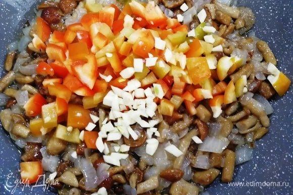 Добавляем болгарский перец, чеснок, солим и перчим. Обжариваем все вместе минут 5.